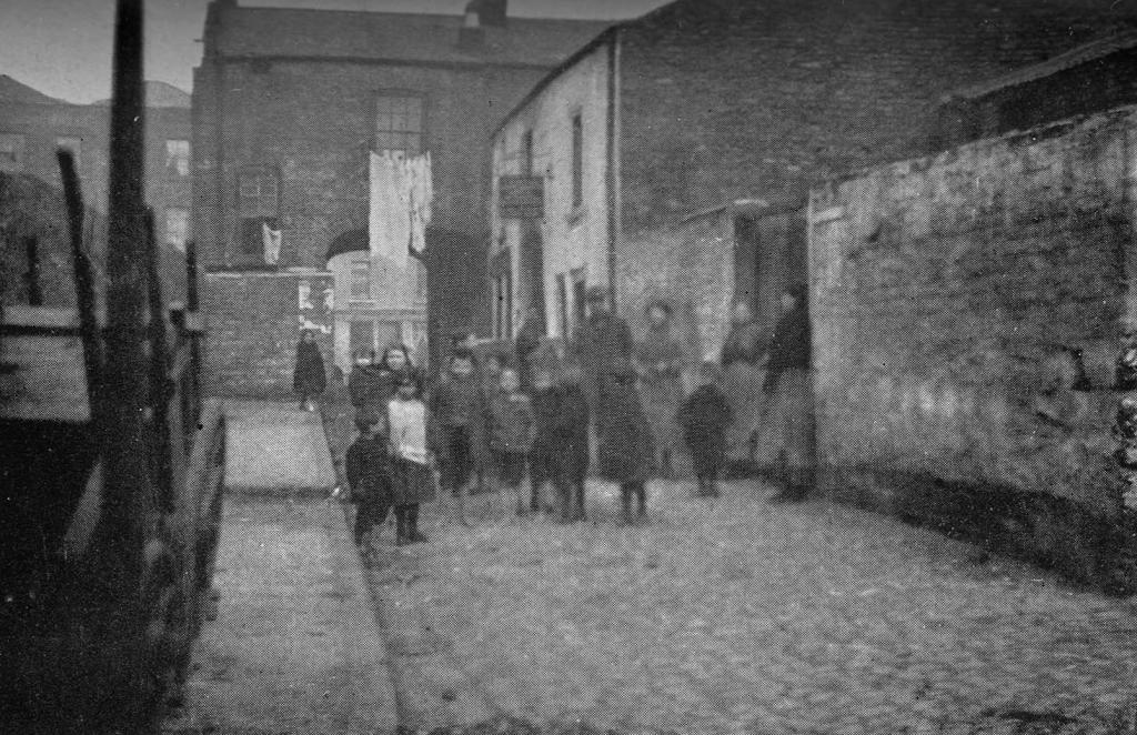 Magennis Court , off Townsend Street as seen in 1913 .